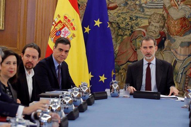 El Rey Felipe, con el presidente Pedro Sánchez y el vicepresidente Pablo Iglesias