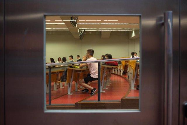 Estudiants de batxillerat abans de començar els exàmens de les proves d'accés a la universitat (PAU), al Campus Ciutadella a Barcelona, Catalunya (Espanya), 7 de juliol del 2020