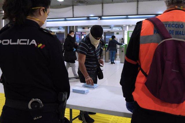 Un joven recoge una mascarilla en la Estación Intermodal de Palma.