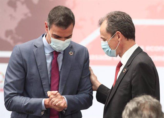 El Presidente del Gobierno, Pedro Sánchez (i), mantiene una conversación con el ministro de Ciencia e Innovación, Pedro Duque, durante la presentación del Plan para reforzar el sistema de Ciencia, Tecnología e Innovación, en Moncloa