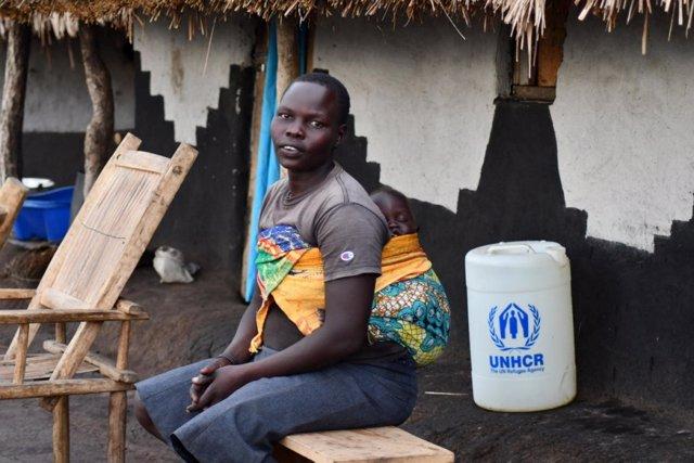 Refugiada sursudanesa y su hijo en el asentamiento de Bele, en República Democráica del Congo