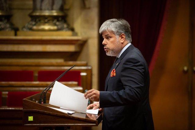 El líder de JxCat al Parlament, Albert Batet, durant una sessió plenària al Parlament en la qual es debat la gestió de la crisi sanitària de la covid-19 i la reconstrucció de Catalunya davant l'impacte de la pandèmia.
