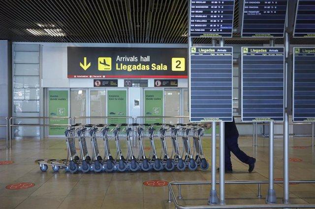 Carros de equipaje en la Terminal 1 del Aeropuerto de Barajas, en Madrid (España) a 4 de julio de 2020.