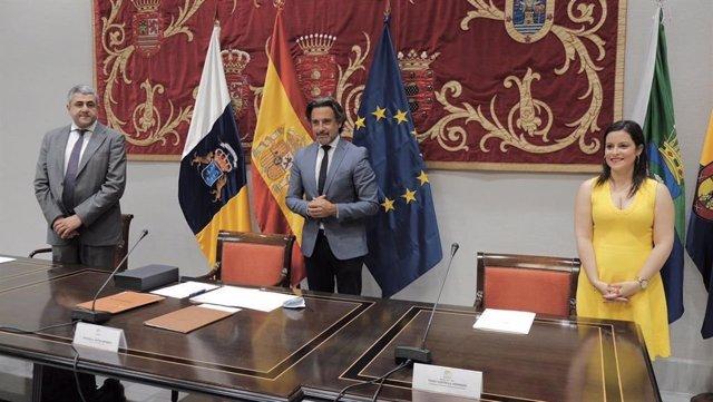 El secretario general de la Organización Mundial del Turismo, Zurab Pololikashvili, el presidente del Parlamento de Canarias, Gustavo Matos, y la consejera de Turismo del Gobierno de Canarias, Yaiza Castilla, en una recepción en la Cámara