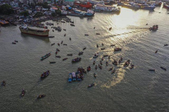 Operación de búsqueda y rescate tras el hundimiento de un barco cerca de la capital de Bangladesh, Dacca
