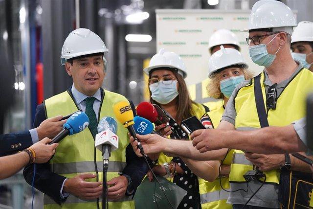 El presidente de la Junta, Juanma Moreno, visita a las obras de ampliación del bloque logístico de Mercadona en Guadix (Granada).