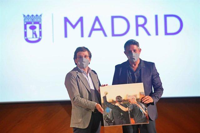 El alcalde de Madrid, José Luis Martínez-Almeida, y el cantante Alejandro Sanz, en el acto de reconocimiento del Ayuntamiento de la capital al artista por su trayectoria profesional y vinculación a la ciudad de Madrid