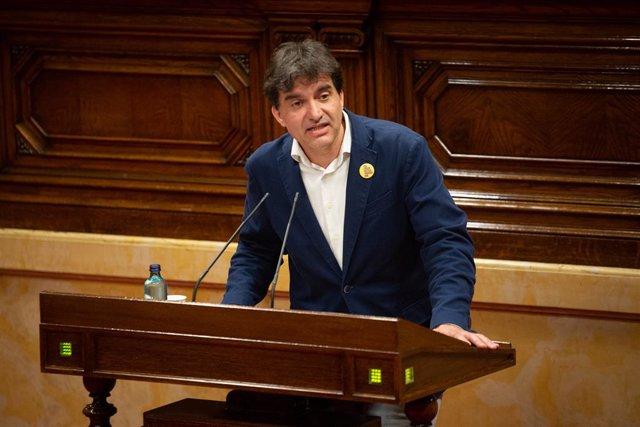 El diputat d'ERC Sergi Sabrià, en una sessió plenària en la qual es debat sobre la gestió de les residències per a persones grans i per a persones amb discapacitat durant la pandèmia de la covid-19. Barcelona, Catalunya (Espanya), 7 de juliol del 2020.
