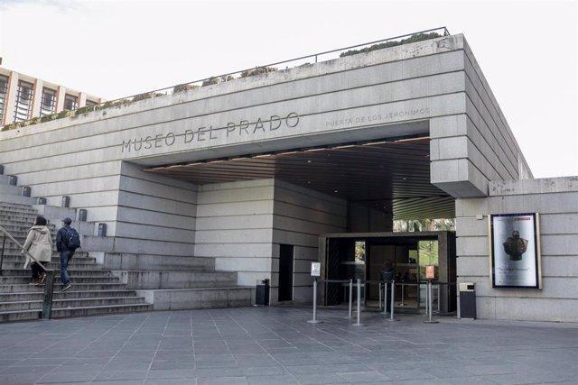 Una de las entradas al Museo del Prado ubicada en el Paseo de los Jerónimos donde se ha presentado en rueda de prensa la exposición 'El otro Tesoro': Los Estuches del Delfín, en Madrid (España), a 9 de marzo de 2020.