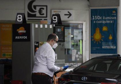 El precio de los carburantes sigue al alza, pero todavía son un 13% más baratos que hace un año