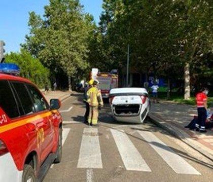 Dos personas resultan heridas en Valladolid tras colisionar dos turismos y volcar uno de ellos