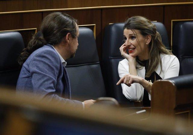 La ministra de Trabajo, Yolanda Díaz, habla con el vicepresidente de Derechos Sociales y para la Agenda 2030, Pablo Iglesias