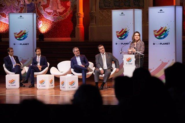La vicepresidenta Teresa Ribera durante la presentación del congreso BforPlanet, en el Palau de la Música de Barcelona, el 30 de enero de 2020, acompañada de otros representantes políticos y el fundador del evento, Francisco Lombardo (derecha).