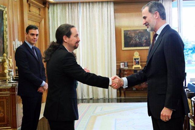 El Rey Felipe VI (d) saluda a su llegada al vicepresidente segundo y ministro de Derechos Sociales y Agenda 2030, Pablo Iglesias (i), en la primera reunión del Consejo de Seguridad Nacional en el Palacio de la Zarzuela, en Madrid (España) a 04 de marzo de