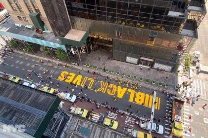 Nueva York culmina el mural que reza 'Las Vidas Negras Importan' situado frente a la Torre Trump