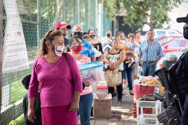 Personas esperan su turno para poder acceder al penal de Pacho Viejo, en el municpio de Coatepec, Veracruz, con motivo de la celebración del Día del Padre en México.
