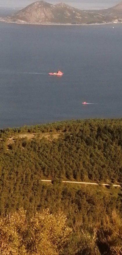 La búsqueda de los dos desaparecidos el lunes tras volcar un kayak en Porto do Son continúa, pero con menor intensidad