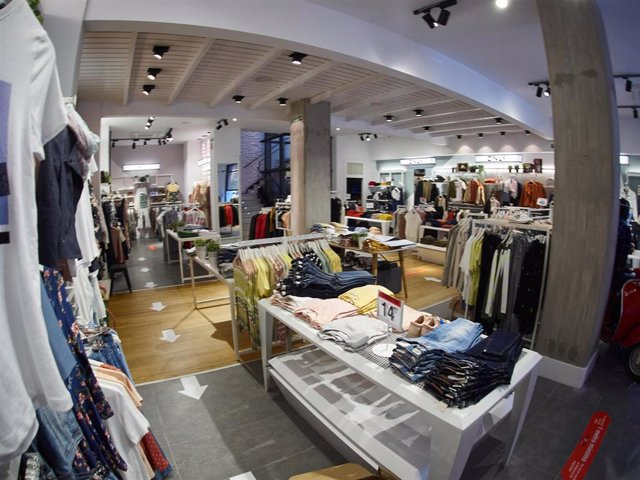 """Detalle del interior de una tienda de moda """"Urban"""" de Pamplona, preparada para su reapeetura el próximo lunes con la llegada de la fase 1 de la desescalada por el covid 19. En Pamplona, Navarra, España, a 9 de mayo de 2020."""