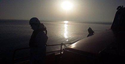 Medios aéreos y marítimos retoman la búsqueda del tripulante del pesquero en la zona de Alborán