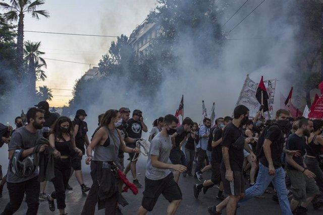 La Policia de Grècia dispara gas pebre en les protestes contra la llei que pretén restringir el dret a manifestació.