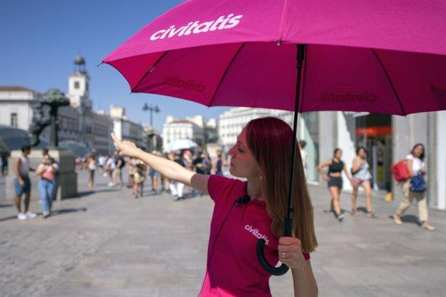 Una guía turística en la Puerta del Sol de Madrid