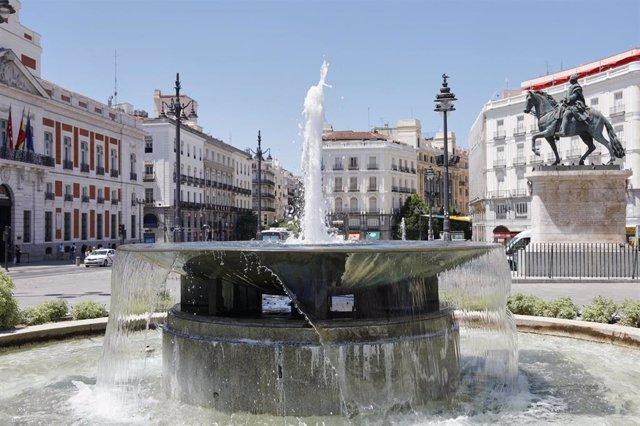 Imagen de una de las fuentes gemelas en la Puerta del Sol en Madrid (España), a 29 de junio de 2020.