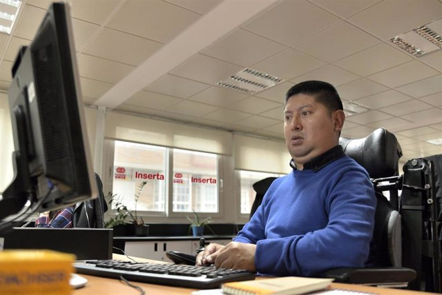 Imagen de archivo de un empleado beneficiario de Inserta Empleo de la Fundación ONCE.