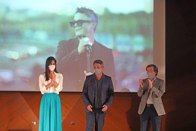 El alcalde de Madrid, José Luis Martínez-Almeida (1d) y la vicealcaldesa, Begoña Villacís (1i), participan en el acto de reconocimiento del Ayuntamiento de la capital al artista Alejandro Sanz (2i)