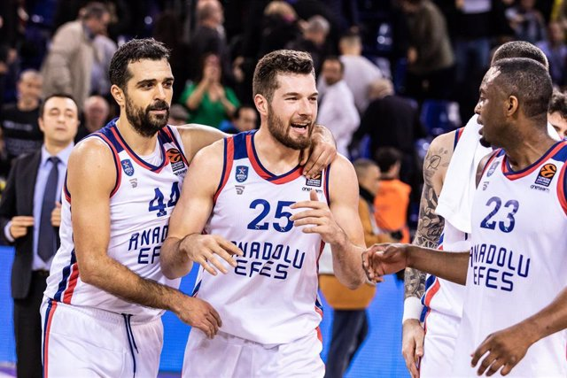Alec Peters of Anadolu Efes celebrates victory of  the Turkish Airlines EuroLeague match between  FC Barcelona  and Anadolu Efes Istanbul at Palau Blaugrana on January 10, 2020 in Barcelona, Spain.
