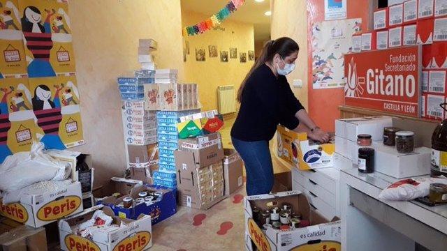 La Fundación Secretariado Gitano de Castilla y León prepara alimentos para familias gitanas en situación de emergencia durante la pandemia.