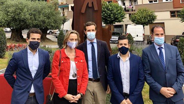 Pablo Casado participa en una ofrenda floral al concejal assinado por ETA Miguel Ángel Blanco junto a otros dirigentes del partido en Euskadi