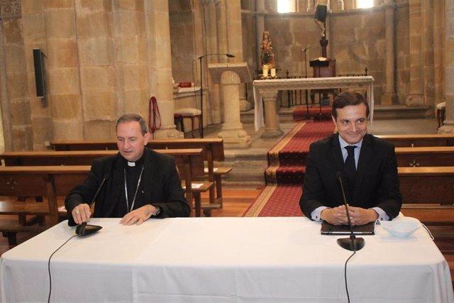 De izda a dcha, Raúl Fernández y Abilio Martínez en la Iglesia de San Juan de Soria.