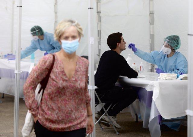 Una sanitaria le realiza un frotis nasal a un vecino de Ordizia en una de las carpas instaladas en el parque Barrena por el Ayuntamiento de Ordizia para realizar test ante el posible brote de COVID-19 detectado en la localidad guipuzcoana, en Ordizia