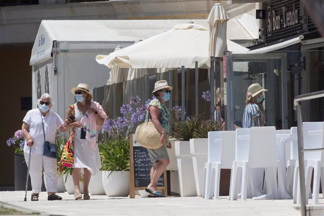 Dos mujeres protegidas con mascarillas pasean junto a la Playa de A Rapadoira en Foz, en la comarca de A Mariña, Lugo, Galicia (España), a 9 de julio de 2020. El pasado 5 de julio la Xunta ordenó el cierre hasta mañana 10 de julio
