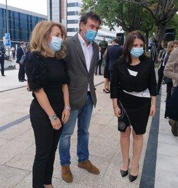 La portavoz del PP, Teresa Mallada, el socialista Francisco Blanco y la portavoz del PSOE en el Congreso, Adriana Lastra, en el acto homenaje a las víctimas del coronavirus en Oviedo.