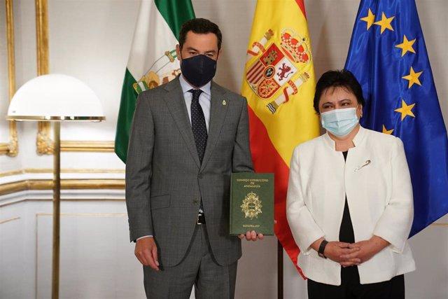 El presidente de la Junta, Juanma Moreno, ha recibido este viernes la Memoria del Consejo Consultivo de Andalucía de manos de su presidenta, María Jesús Gallardo.