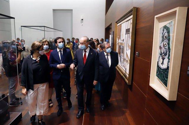 El ministro de Consumo, Alberto Garzón, visita el Museo de Málaga acompañado por el alcalde de la ciudad, Francisco de la Torre.