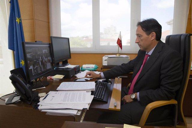 El consejero de Obras Públicas, JoséLuis Gochicoa, en la videoconferencia