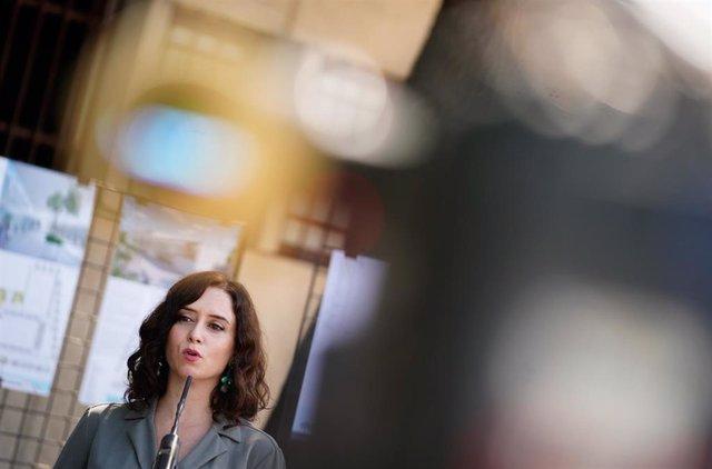 La presidenta de la Comunidad de Madrid, Isabel Díaz Ayuso, interviene en la visita programada a Collado Villalba para presentar las obras de ampliación de un polideportivo municipal.