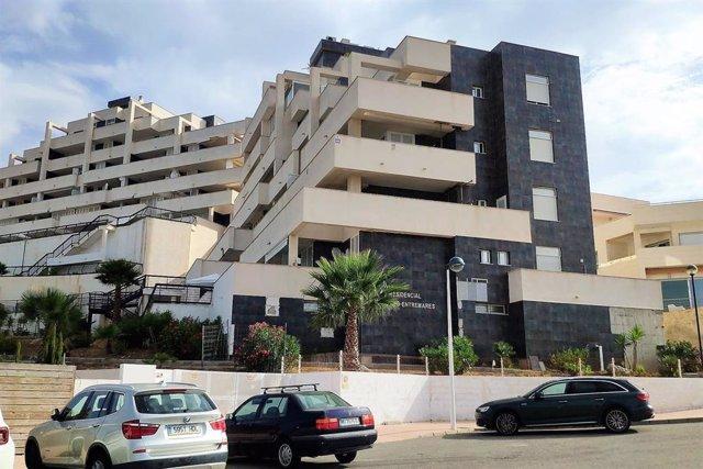 Edificio precintado en la zona del Dos Mares de La Manga por el desprendimiento de placas de su fachada