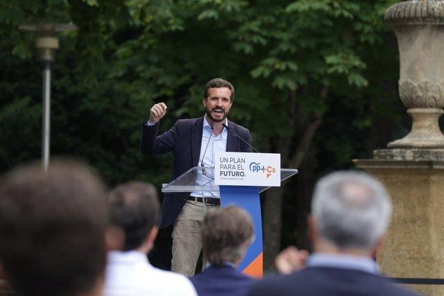 El presidente del Partido Popular, Pablo Casado, durante la clausura del acto de cierre de campaña en el quiosco de la Florida, en Vitoria / Álava / País Vasco (España), a 10 de julio de 2020.