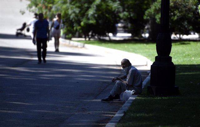 Un hombre se sienta a la sombra en el Parque del Retiro en Madrid (España), a 29 de junio de 2020.