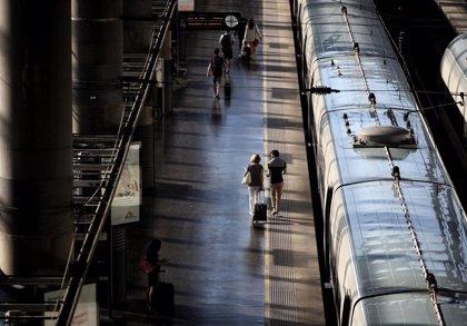 Herido muy grave un joven al caer desde el techo de la estación de Atocha (Madrid) a la catenaria y las vías