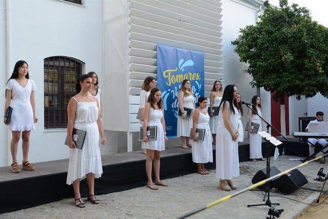 Coro Femenino de la Escolanía de Tomares, durante su actuación en el evento local 'Un verano diferente'