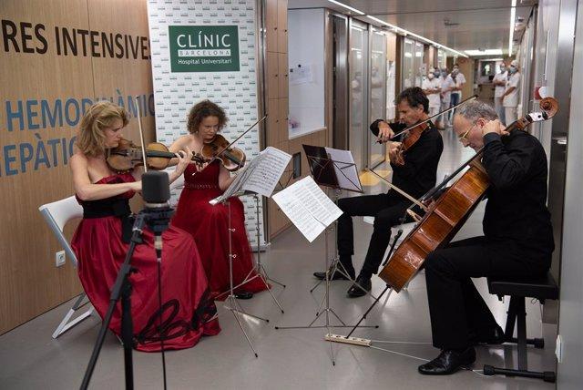 Eva Pyrek (violí I), Kalina Macuta (violí II), Frank Tollini (viola) i Cristoforo Pestalozzi (violoncel), quartet de corda de l'Orquestra del Gran Teatre del Liceu, durant la seva actuació a l'Hospital Clínic de Barcelona, aquest 10 de juliol del 2020.