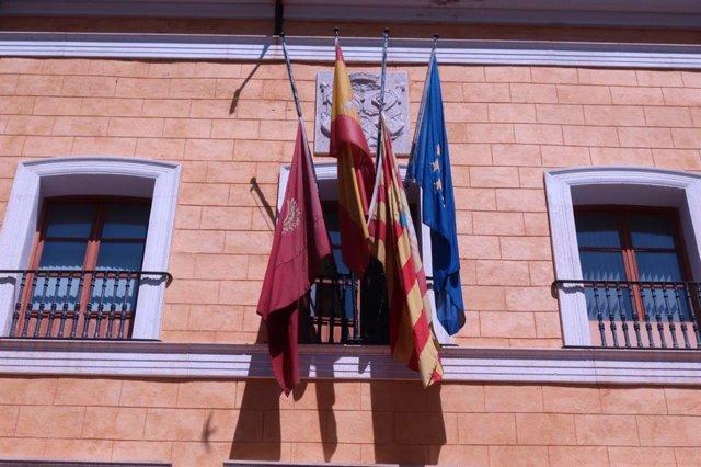 Las banderas del Ayuntamiento de Teruel ondean a media asta por el fallecimiento del expresidente Lanzuela