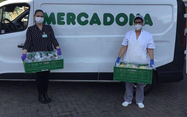 Representants de Mercadona i del Menjador Municipal i Alberg de Transeünts de Castelló durant una de les entrega d'aliments