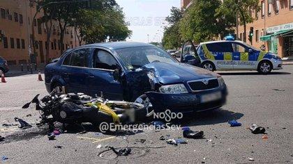 Hospitalizado con lesiones graves un motorista tras colisionar contra un turismo en Sevilla