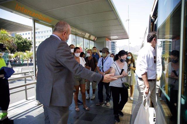 El vicepresidente del Cabildo de Tenerife, Enrique Arriaga, con una delegación de la OMT en el tranvía