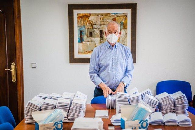 El alcalde de Roquetas de Mar (Almería), Gabriel Amat (PP), con mascarillas para su reparto